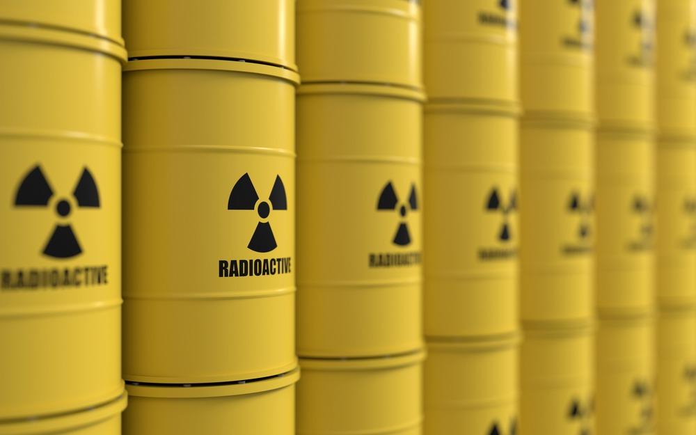 Como deve ser feito o licenciamento ambiental de atividades radioativas?